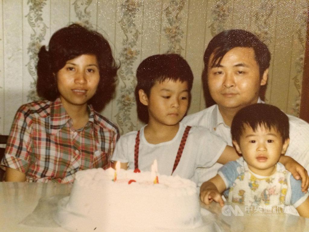 美國聯邦眾議員劉雲平出身台灣移民家庭,母親透露他從政是為了報答國家,提供家人開創新生活、實現美國夢。圖為劉雲平年幼(左2)時全家福。(丘繼聰提供)中央社記者林宏翰洛杉磯傳真 110年2月21日