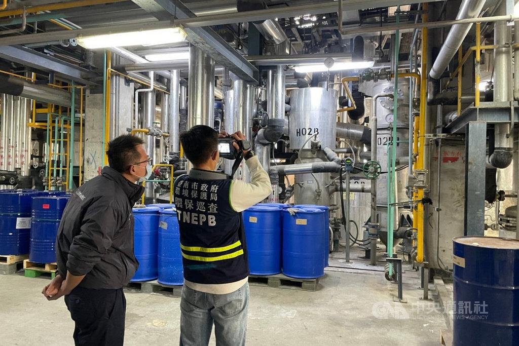 環保署空氣品質預報顯示,台灣西半部地區近日空氣品質不理想,台南市環保局人員以紅外線氣體顯像儀執行工廠稽查,預防洩漏與異常排放。(環保局提供)中央社記者楊思瑞台南傳真  110年2月21日