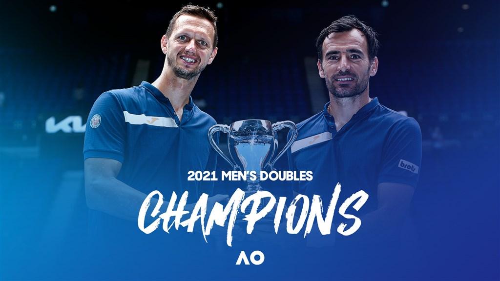 澳洲網球公開賽21日舉行男雙決賽,克羅埃西亞籍的多迪格(右))與斯洛伐克選手波拉西克(左)奪下冠軍。(圖取自twitter.com/AustralianOpen)