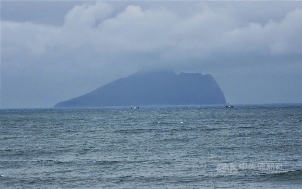 一艘漁船21日上午11時許在宜蘭龜山島海域作業,一名印尼漁工疑被漁網纏住拖入海中不見蹤影。圖為龜山島。(中央社檔案照片)