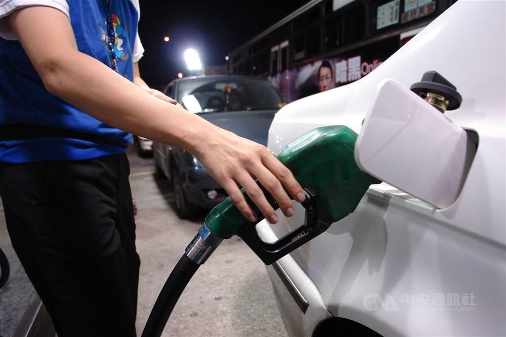 台灣中油21日表示,22日起汽、柴油每公升各調漲0.5元,95無鉛汽油價格上漲至27元。(中央社檔案照片)