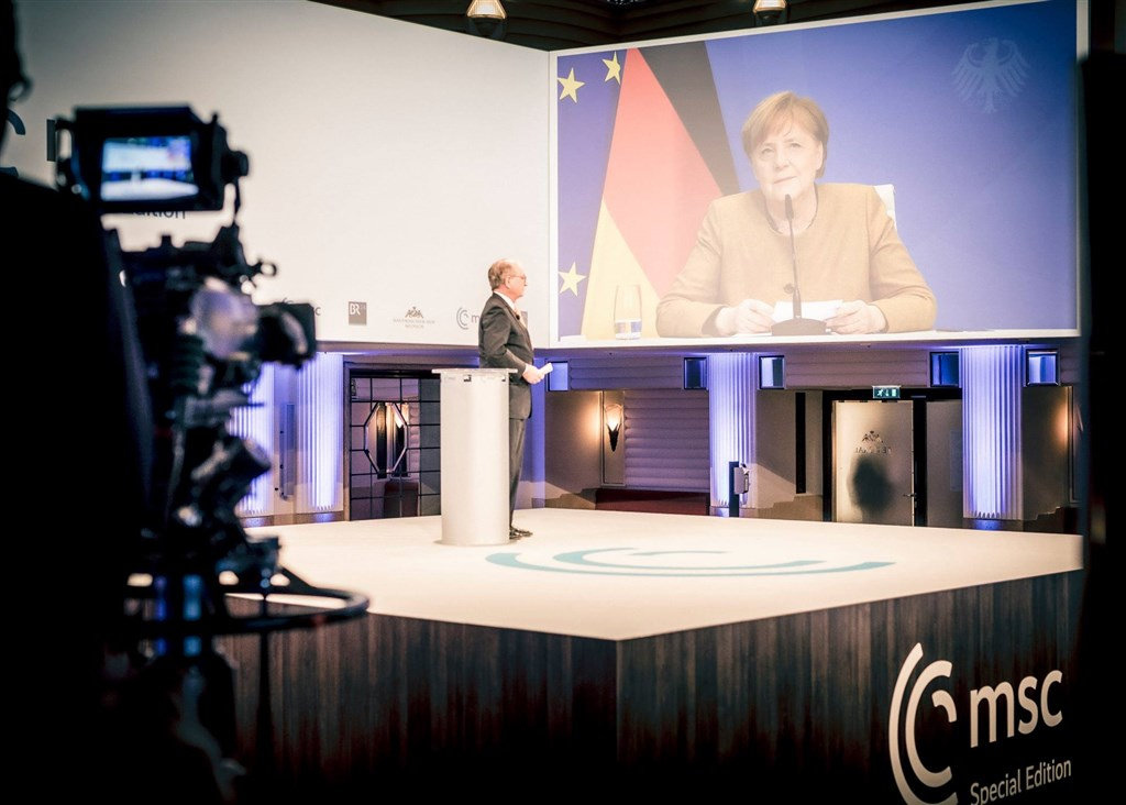 德國總理梅克爾(螢幕者)在慕尼黑安全會議時說:「中國過去幾年斬獲不少全球聲量,做為跨大西洋同盟與世界民主一分子,我們必須拿出具體行動應對。」(圖取自facebook.com/MunSecConf)