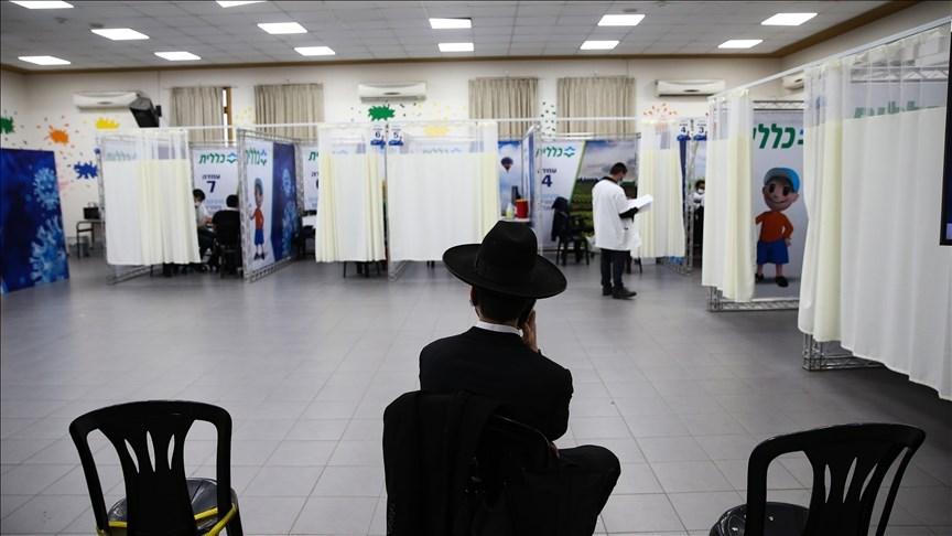 以色列21日重啟一大部分經濟活動;以色列衛生部表示,全國900萬人口已有超過4成5接種過至少一劑的輝瑞疫苗。圖為17日以色列民眾等待接種疫苗。(安納杜魯新聞社)