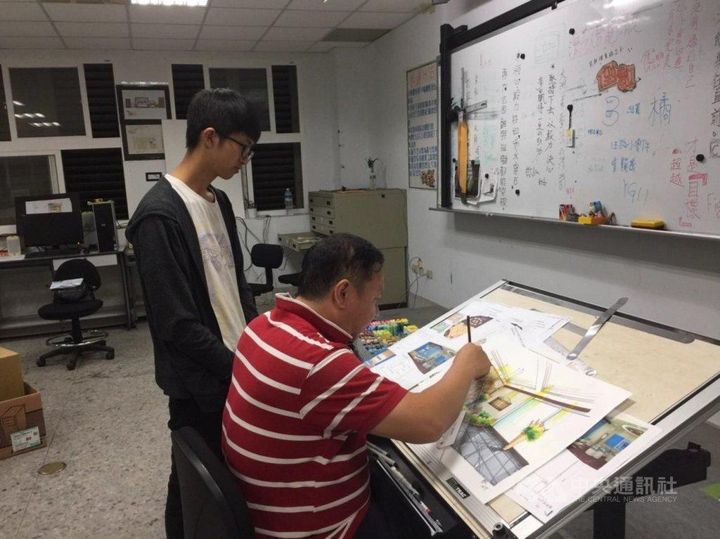 大湖農工教師林明錚(右)透過實作去培養學生的創意漆作、室內空間設計等專業能力,幫助偏鄉學生拿下技藝競賽金手獎。(教育部提供)中央社記者許秩維傳真  110年2月22日