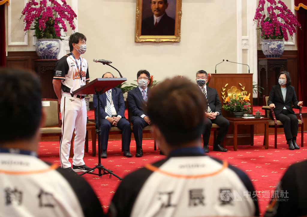 總統蔡英文22日接見2020年中華職棒總冠軍統一7-ELEVEn獅隊,獅隊總教練林岳平(左)第2度入總統府,他笑說收到致詞任務比較擔心,但可以接受總統接見是榮耀,代表2020年整年的努力和表現受到肯定,對球員和教練團來說,也會更有動力和目標。中央社記者張新偉攝 110年2月22日