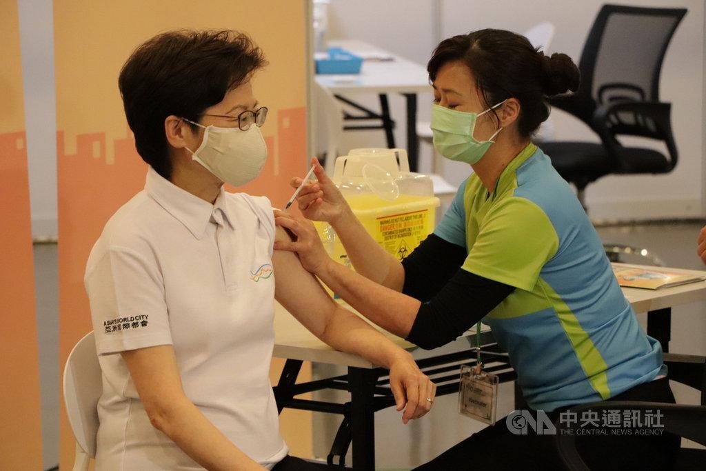 香港特首林鄭月娥(左)及各決策官員22日率先接種科興新冠疫苗。中央社記者張謙香港攝 110年月2月22日