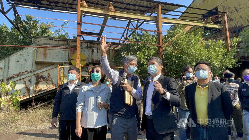 文化部長李永得(前排右2)22日由立委蘇治芬(前排左2)陪同走訪北港糖廠,並在建築師張玉璜(持麥克風者)導覽下,走入北港糖廠時光隧道。中央社記者姜宜菁攝 110年2月22日