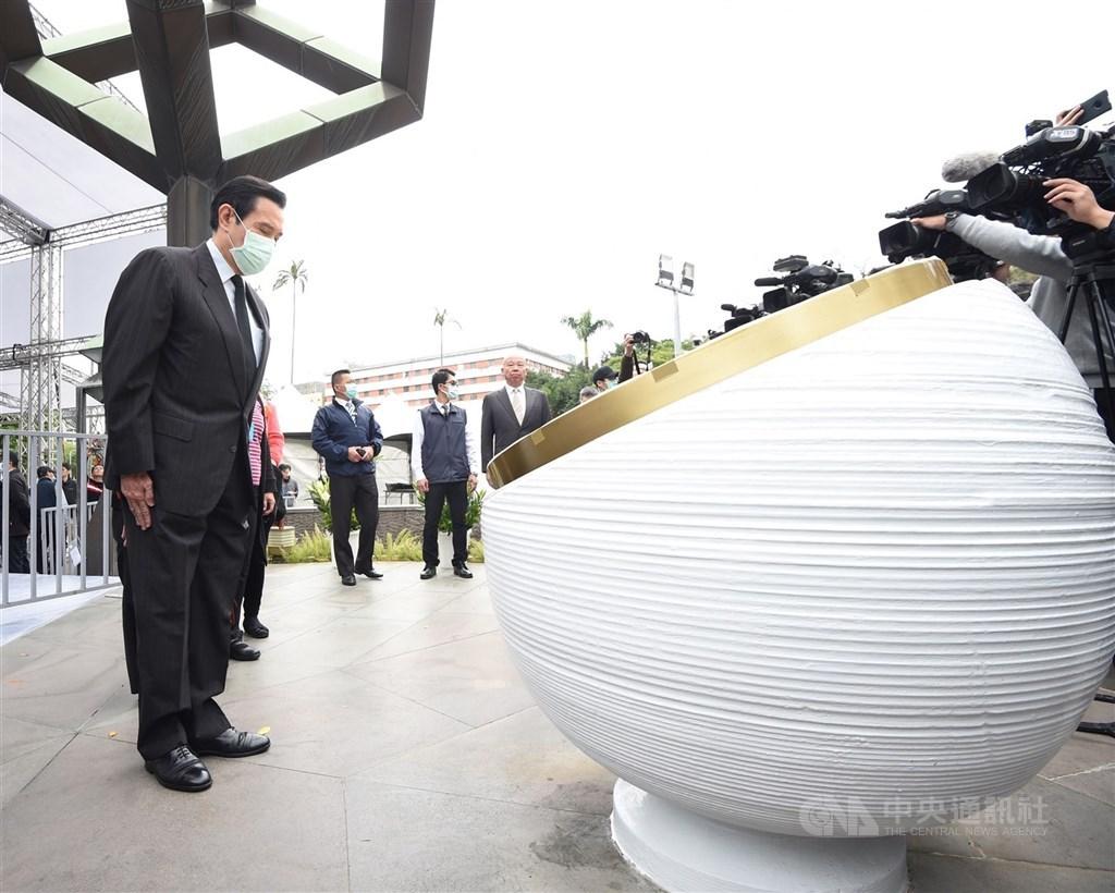 台灣國家聯盟說,台北市二二八紀念館2月中表示台北市府邀請前總統馬英九於紀念會上台致詞,引起社團激烈反對,聯盟將退出協辦。圖為馬英九(前左)去年2月27日到二二八紀念碑,追思二二八事件罹難者。(中央社檔案照片)