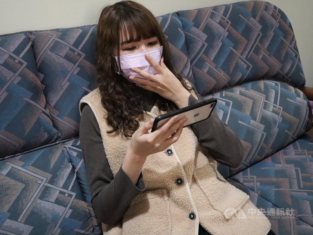 衛福部台北醫院眼科醫師林人傑23日表示,民眾若熬夜不睡覺、長時間看電視、玩電腦和手機等3C用品導致眼睛過度疲勞,容易產生飛蚊症,近期罹病年齡有年輕化趨勢。圖為示意圖。(台北醫院提供)中央社記者黃旭昇新北市傳真  110年2月23日
