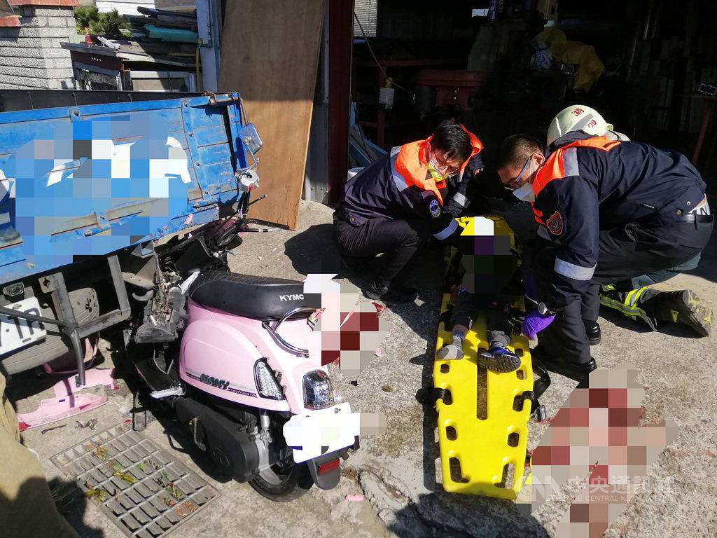 新竹縣消防局表示,一名戴姓母親23日三貼載著5歲與6 歲兒子,疑追撞小貨車後斗造成機車車頭受損嚴重,3人受困,警消獲報到場救援,但戴母與5歲兒子送醫不治,6歲兒子重傷仍在搶救。(讀者提供)中央社記者郭宣彣新竹縣傳真  110年2月23日