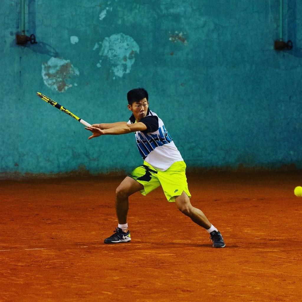 台灣網球小將曾俊欣日前從南非搭機轉往塞爾維亞,遭10名保全強押進禁閉室待了24小時,最後被遣返南非。(圖取自instagram.com/tseng_chun_hsin)