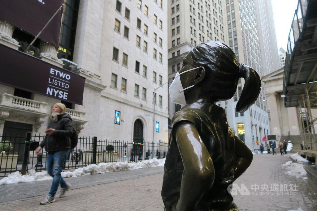 美股當地時間22日漲跌互見,那斯達克指數在蘋果、微軟等科技權值股拖累下重挫近2.5%。圖為紐約證券交易所對街的大無畏女孩銅像。中央社記者尹俊傑紐約攝 110年2月23日