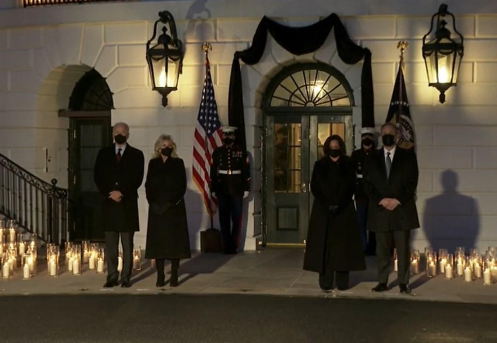 美國因為武漢肺炎病逝的人數打破50萬大關,總統拜登(左)22日晚間帶領點燃燭光,為病故者默哀。(圖取自facebook.com/POTUS)