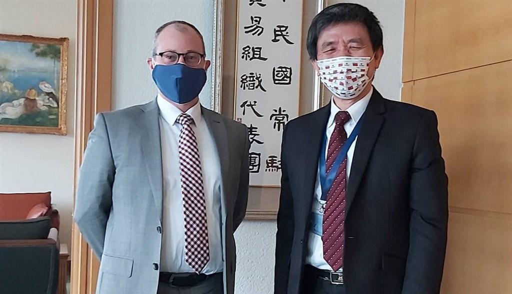 中華民國常駐世界貿易組織代表羅昌發(右)2月11日與美國駐世貿代理館長畢斯比會面。(中華民國常駐世貿代表團提供)中央社記者唐佩君布魯塞爾傳真 110年2月22日