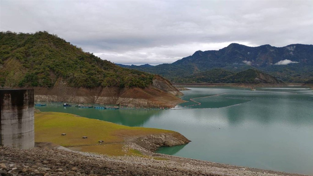 台南水情嚴峻,曾文水庫蓄水率跌破15%,台南市長黃偉哲23日召開抗旱會議表示,台南25日將進入減量供水的橙燈。(南水局提供)