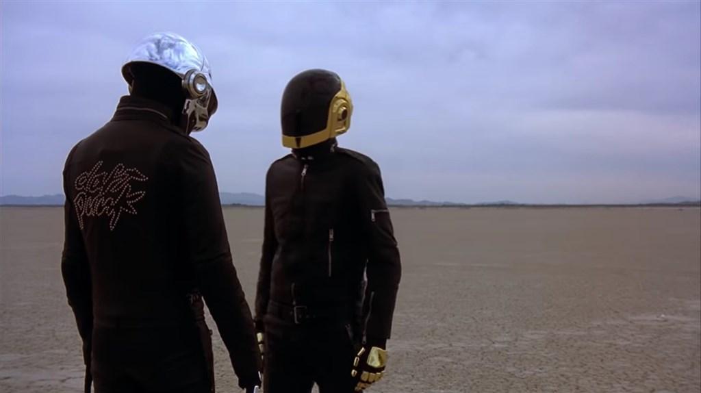 傻瓜龐克兩名成員年輕時在巴黎的學校認識,組團後總是戴著頭盔現身,不以真面目示人。(圖取自Daft Punk YouTube頻道網頁youtube.com)
