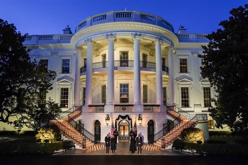 美國因為武漢肺炎病逝的人數打破50萬大關,總統拜登22日晚間帶領點燃燭光,為病故者默哀。(圖取自facebook.com/POTUS)