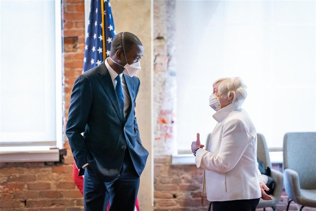 39歲的艾迪耶摩(左)若獲通過成為財長葉倫(右)的副手,將在形塑美國經濟政策方面扮演關鍵角色。外界預料參議員將在人事聽證會詰問艾迪耶摩如何看待美國的中國政策。(圖取自twitter.com/wallyadeyemo)
