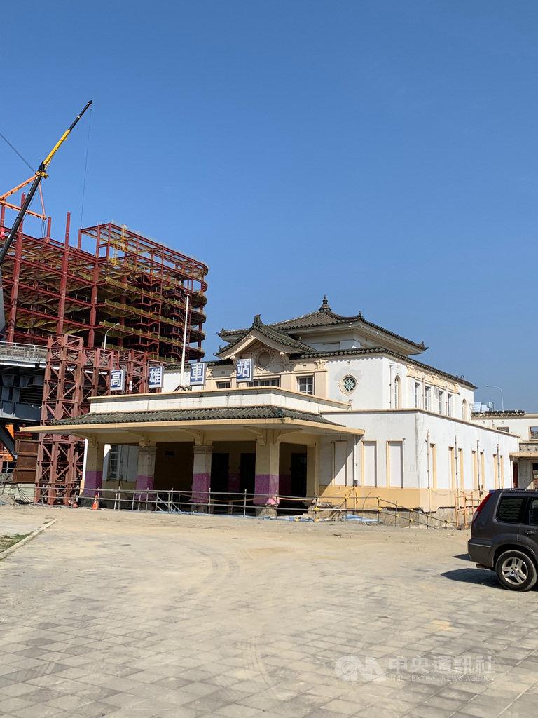 睽違19年的高雄車站帝冠建築因高雄市區鐵路地下化而東遷,在車站站體工程接近完工之際,老車站也將重回地標位置,預計8月啟動遷移。中央社記者王淑芬攝  110年2月23日