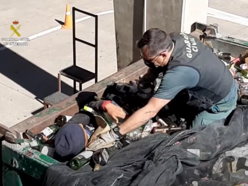 西班牙北非領土警方最近從港口裝滿廢棄玻璃罐等回收物的貨櫃中發現一群想偷渡到歐洲的難民。(圖取自Guardia Civil YouTube頻道網頁youtube.com)