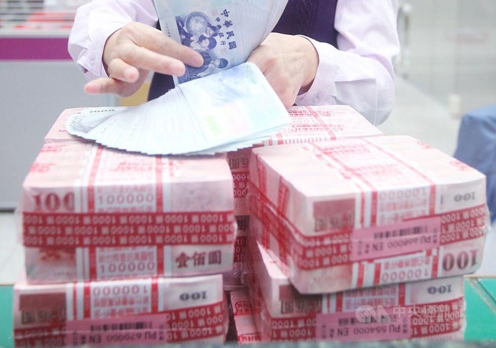 穆迪信評肯定台灣在因應疫情之下,財政仍有優異表現,有效促進經濟恢復常軌,24日對台灣主權信用評等展望由「穩定」調升為「正向」。(中央社檔案照片)
