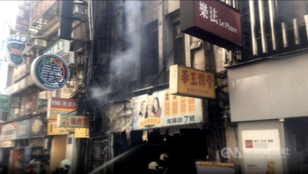 台北市南陽街一間網咖24日上午發生火警,台北市消防局獲報後前往救援,現場疏散25人,幸未釀傷亡。(翻攝照片)中央社記者黃麗芸傳真 110年2月24日