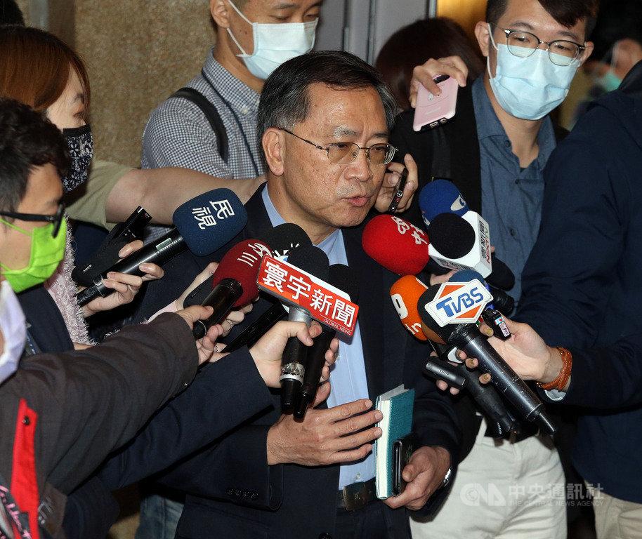 台灣國家聯盟因北市府邀前總統馬英九到二二八紀念活動致詞而退出協辦。台北市副市長蔡炳坤(中)24日表示,23日拜訪台灣國家聯盟,理解他們的立場,但會照既定的計畫舉辦。中央社記者郭日曉攝  110年2月24日