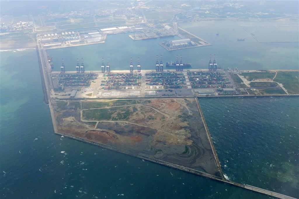 環團主張三接搬遷台北港,行政院指出,若改為台北港預計時程將推遲11年。(圖取自維基百科共享資源,作者Wing1990hk,CC BY 3.0)