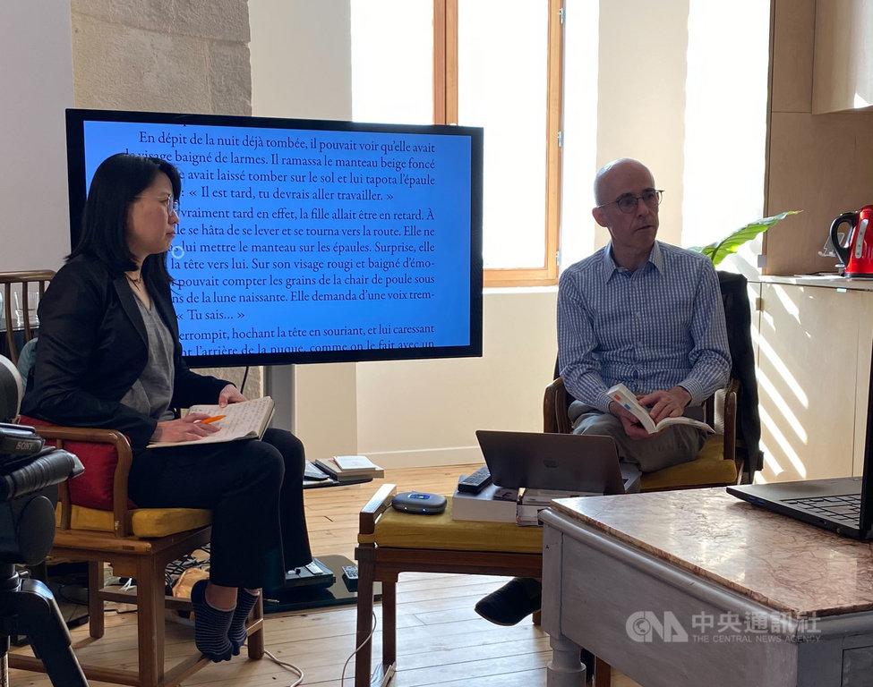 法國台灣協會會長薛雅俶(左)今日舉辦「風和日暖的午後:二二八事件與國家認同」線上論壇,與高格孚教授以及視訊參與的關首奇教授一起討論,並回答線上觀眾的踴躍提問。中央社記者曾婷瑄里昂攝  110年3月1日