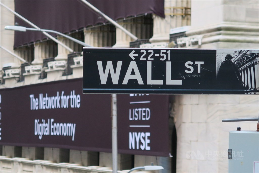 蘋果公司(Apple)及特斯拉(Tesla)股價下跌,投資人等待美國國會通過另一項振興方案,美股2日收黑。圖為華爾街路標。中央社記者尹俊傑紐約攝 110年2月27日