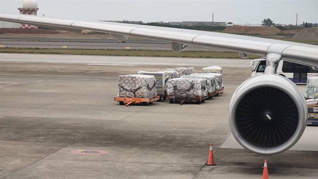 機場相關人士指出,AZ疫苗由大韓航空在3日上午運抵台灣桃園機場。(讀者提供)