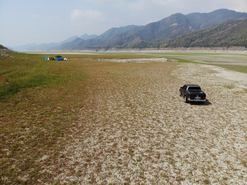 中南部水情持續嚴峻,14日曾文水庫有效蓄水量剩下7781萬立方公尺,上游集水區多處乾涸見底,乾枯的湖底偶可見到遊客露營與行車。中央社 110年3月14日