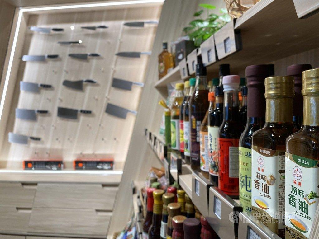 國華台灣食品公司及分店在多倫多銷售各類台灣食品及廚房佐料,品項齊全,是附近台僑一解思鄉情的「採購勝地」。中央社記者胡玉立多倫多攝 110年3月21日