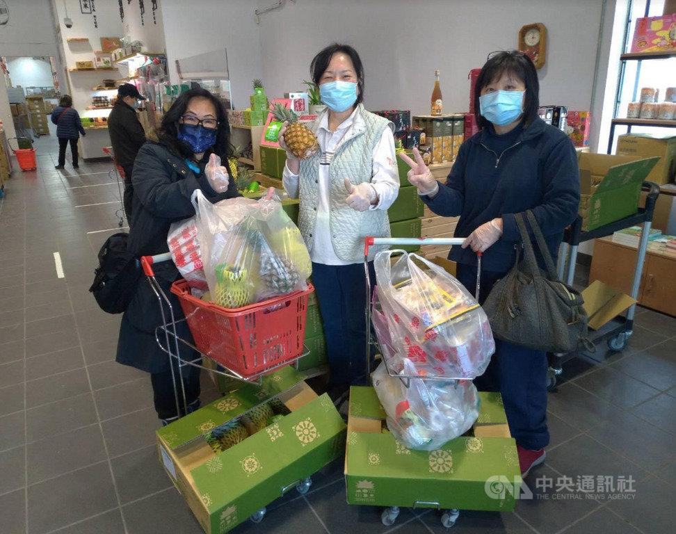 在加拿大溫哥華及多倫多兩地長期經營台灣食品進口生意的周怡華(中),空運進口新鮮鳯梨挺鳯農。(周怡華提供)中央社記者胡玉立多倫多傳真 110年3月21日
