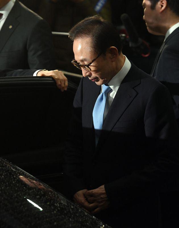 韓聯社15日報導,前南韓總統李明博(中)被控貪污,接受檢方超過21小時訊問,否認大部分指控,但坦承透過一名總統幕僚收受國家情報院帳面外的資金。(韓聯社提供)
