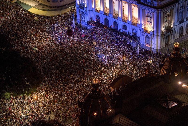 成千上萬民眾15日湧上巴西各大城市街頭,哀悼遭槍殺的里約熱內盧女市議員佛朗哥。(法新社提供)