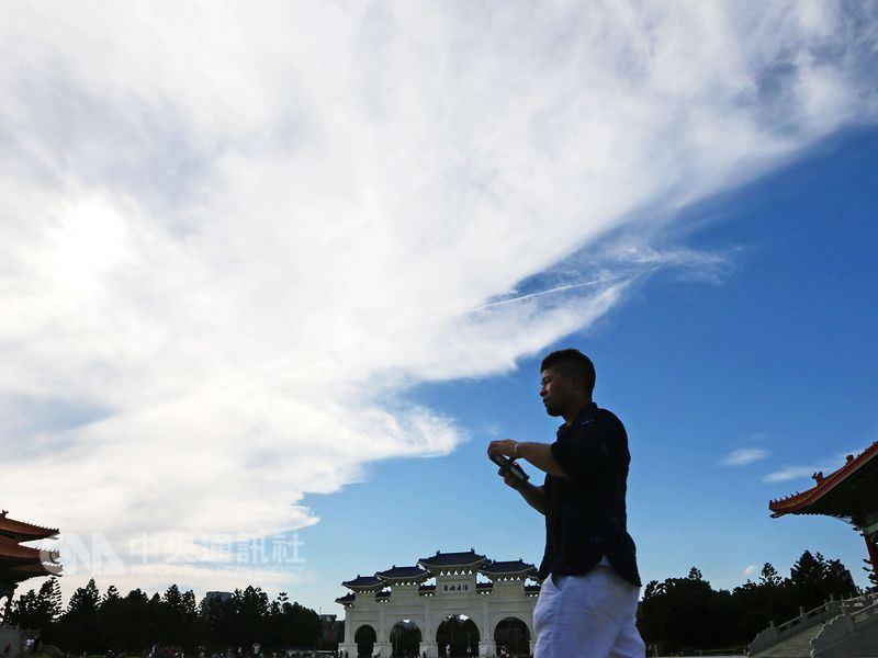 中央氣象局預報員表示,3日各地大多為多雲到晴的天氣,白天溫暖微熱,各地高溫預計皆可有27度以上,西半部普遍可達30度以上。(中央社檔案照片)