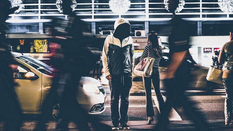 行政院會通過「糾纏行為防制法」草案,遭跟蹤、騷擾的受害人可報警由警方介入調查,法案後續送立法院審議。圖為示意圖。(圖取自Pixabay圖庫)
