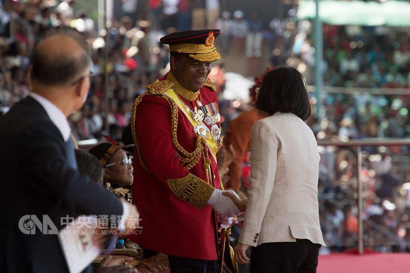 總統蔡英文在史瓦濟蘭時間19日出席史瓦濟蘭雙慶活動,她與史王恩史瓦帝三世握手致意。(總統府提供)中央社記者葉素萍傳真 107年4月20日