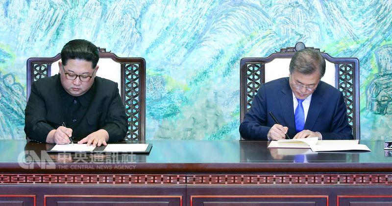 南北韓高峰會取得重大成果,南韓總統文在寅(右)與北韓領導人金正恩(左)27日下午正式簽署板門店宣言,雙方一致確認經由完全棄核實現朝鮮半島無核化的共同目標。(南北韓峰會共同採訪團提供)中央社 107年4月27日
