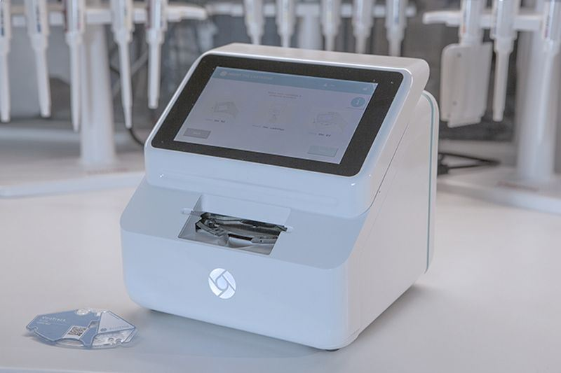 科技部萌芽計畫輔導的新創公司柏勝生技,開發出可攜式醫療檢測儀器,僅需一滴血不用專業人員,10分鐘內就能檢測有沒有感染登革熱等疾病。(圖取自柏勝生技網頁www.blusense-diagnostics.com)