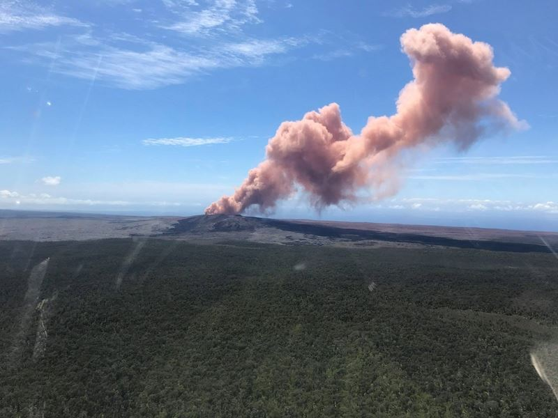 最近發生一連串地震後,夏威夷幾勞亞火山3日噴發,約一萬人被要求離開家園。圖為幾勞亞火山。(圖取自美國地質調查局臉書www.facebook.com/USGSVolcanoes)