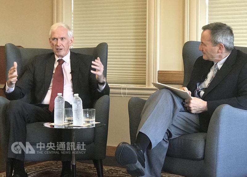 美國在台協會(AIT)主席莫健(James Moriarty)(左)3日在史丹佛大學演說。中央社記者張克怡攝 107年5月4日