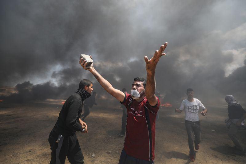 巴勒斯坦衛生部官員表示,以色列和加薩走廊邊界的抗議事件越演越烈,以色列軍隊14日射殺至少41人,另有超過900人受傷。(安納杜魯新聞社提供)