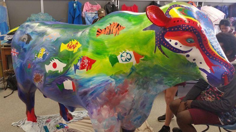 澳洲北羅坎普頓高中2名來自台灣的學生日前在一頭塑像繪製尖吻鱸魚形狀的中華民國國旗,卻遭當地政府塗掉。澳洲昆士蘭省羅坎普頓市長史崔羅已承認是中國官員施壓。(圖取自北羅坎普頓高中臉書facebook.com/NorthRockhamptonSHS)