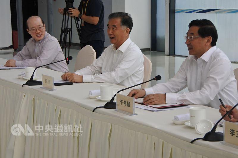 中國大陸全國政協主席汪洋(右2)與中國大陸國台辦主任劉結一(左1)6日與在福建工作的台灣人座談時表示,要促進兩岸交流更好發展,大陸還是應該做更多努力。中央社記者張淑伶廈門攝  107年6月6日
