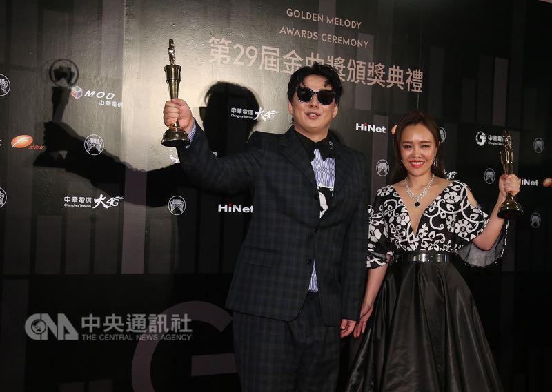 第29屆金曲獎23日晚間在台北小巨蛋舉行頒獎典禮,歌手蕭煌奇(左)與張艾莉(右)分別拿下最佳台語男、女歌手獎。中央社記者張新偉攝 107年6月23日