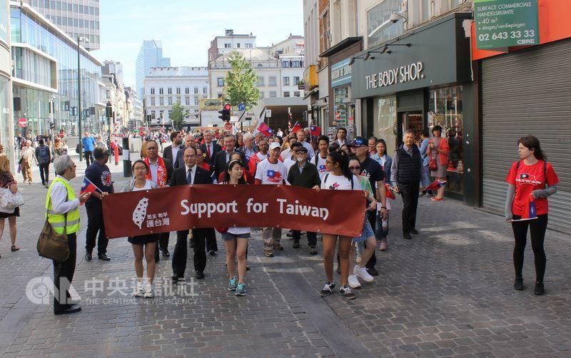 歐盟政治首都布魯塞爾26日首次出現台灣民眾、台灣外交官及歐洲議員等共約250人共同上街遊行,對中國霸凌說不。(駐歐盟兼駐比利時代表處提供)中央社記者唐佩君布魯塞爾傳真  107年6月27日