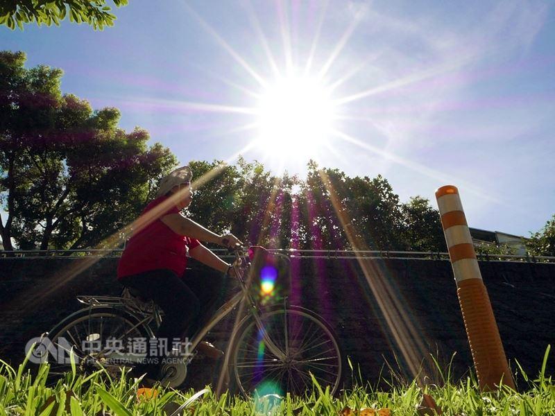中央氣象局表示,27日全台天氣大致穩定,台北市被列為高溫資訊橙色燈號,高屏、花蓮和新北市也亮黃色燈號,提醒民眾注意。(中央社檔案照片)