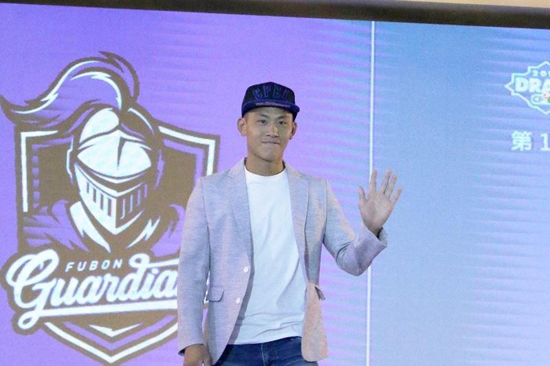 富邦悍將隊2日選秀首輪指名平鎮高中捕手戴培峰(圖),讓他成為最年輕的選秀狀元。(圖取自富邦悍將臉書facebook.com/FubonGuardiansBaseballTeam)